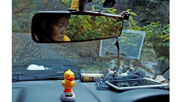La cazadora Yasuyo Kitagawa se interna en el bosque con su camioneta para iniciar su cacería de ciervos en Oi, prefectura de Fukui