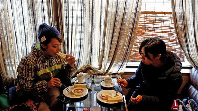 Las cazadoras Chiaki Kodama y Aoi Fukuno desayunan antes de su salida de caza en Oi, prefectura de Fukui
