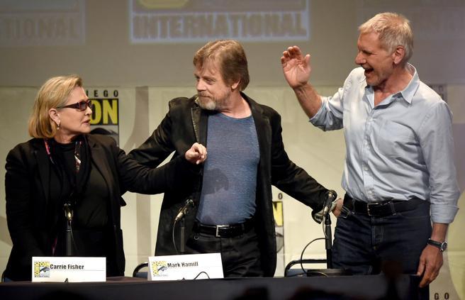 Carrie Fisher, Mark Hamill y Harrison Ford, con el que mantuvo un breve romance, en la Comic-Con de San Diego en 2015