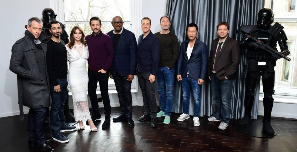 Felicity Jones con sus compañeros de reparto de la última entrega de la Guerra de las Galaxias.
