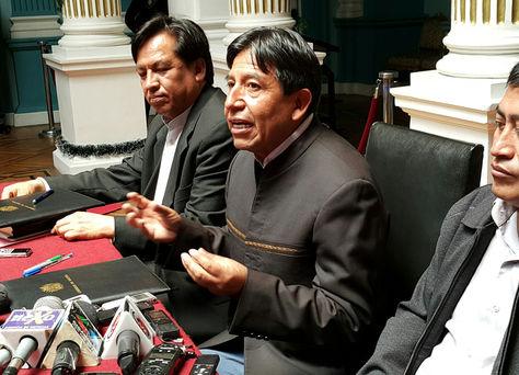 El canciller David Choquehuanca (centro) junto al secretario General de Defensa del Silala, René Martínez. Foto: La Razón