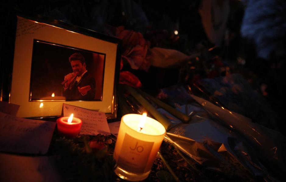 Los fans dejaron flores, velas y otros recordatorios en la puerta de la casa de George Michael. (Reuters/Neil Hall)