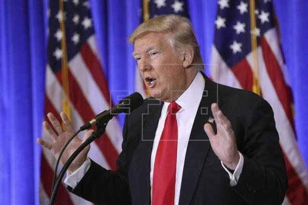 El presidente electo estadounidense, Donald Trump, ofrece una rueda de prensa en la Trump Tower, Nueva York, Estados Unidos, este 11 de enero de 2017. EFE