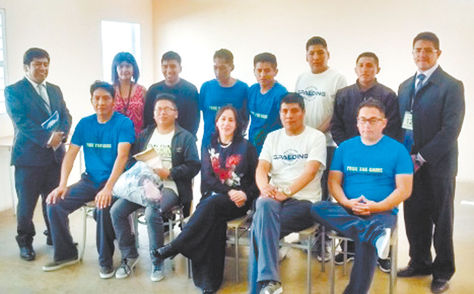 Los bolivianos posan con la viceministra Carmen Almendras (centro) el viernes 24 de marzo.