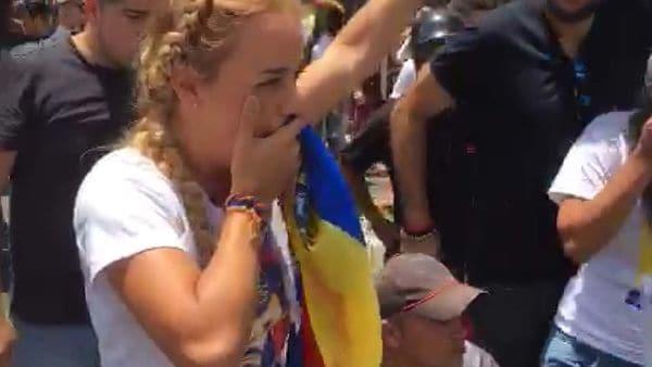 La policía nacional bolivariana también lanzó gases lacrimógenos contra Lilian Tintori y otros líderes opositores