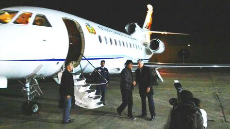 Morales saluda al vicepresidente Álvaro García Linera, quien gobernó el país durante su ausencia