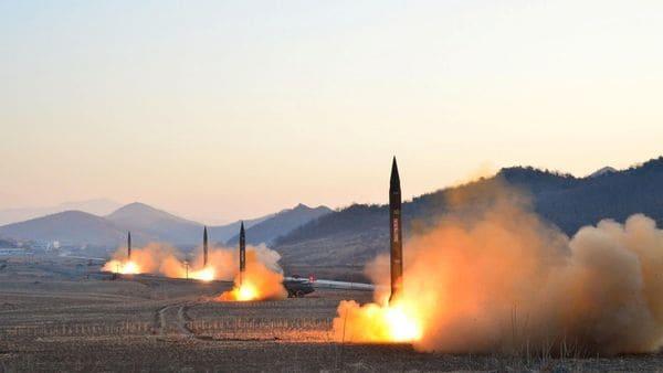 El ensayo balístico norcoreano realizado en marzo. Tres de los cinco misiles cayeron en el Mar de Japón (Reuters)