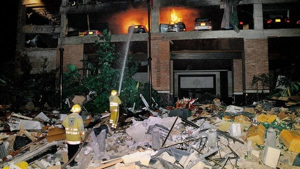 Bomberos intentan sofocar las llamas luego del carro bomba en el Club El Nogal.