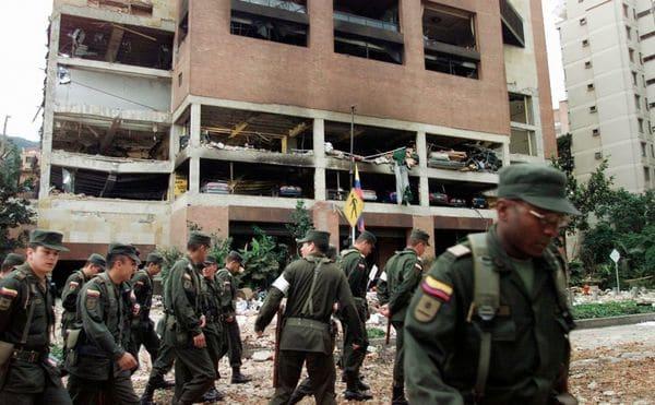 La policía inspecciona los alrededores del club luego del atentado terrorista. (Cortesía www.radiosantafe.com)