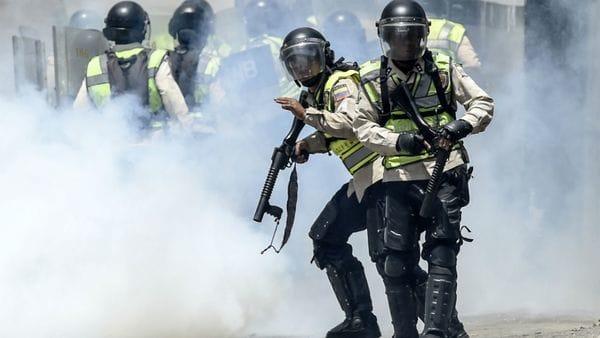 Agentes de la policía venezolana durante las protestas de este jueves en Caracas (AFP)