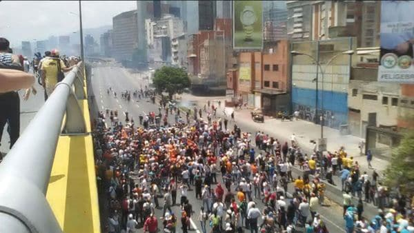 Miles de opositores salieron a la principal autopista de Caracas, la Francisco Fajardo (EFE)