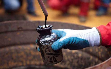 Un operario extrae una muestra de petróleo para su revisión. Foto: El Ibérico