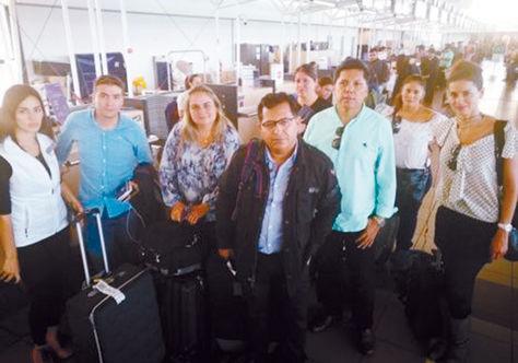 Los nueve periodistas retenidos en el aeropuerto de Santiago, el miércoles, por policías chilenos.
