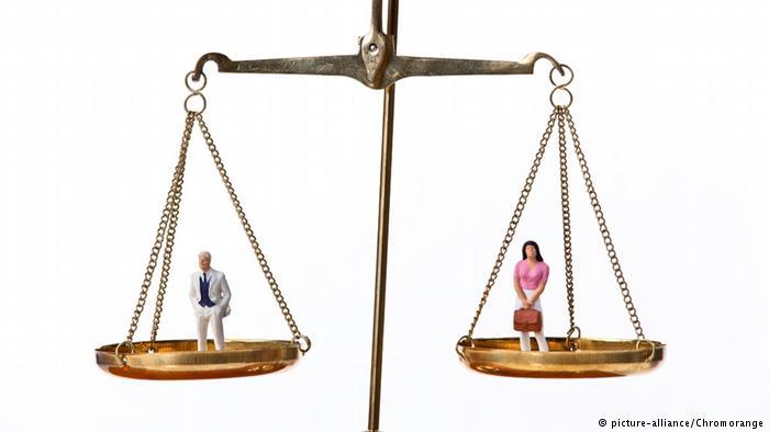 Mann und Frau auf der Waage (picture-alliance/Chromorange)