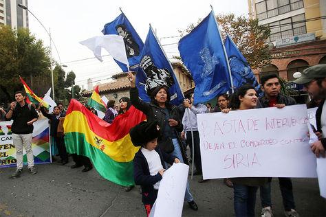Decenas de personas, protestan frente a la Embajada de Estados Unidos en La Paz (Bolivia).
