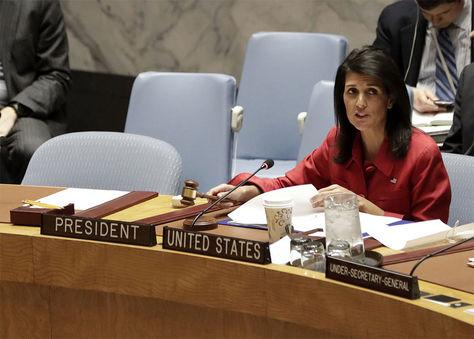La embajadora estadounidense ante la ONU, Nikki Haley durante la sesión sobre la situación en Siria en el Consejo de Seguridad en la sede de dicho organismo en Nueva York, Estados Unidos.