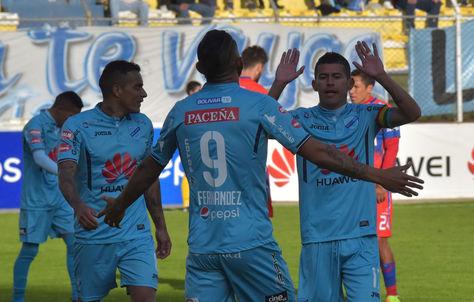 Jugadores de Bolívar celebran la victoría de su equipo frente a Universitario de Sucre. Foto: La Razón