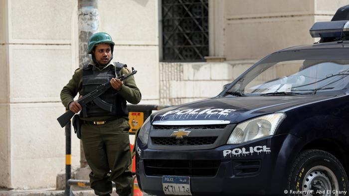 Ägypten Polizist vor der Koptischen Kirche in Tanta (Reuters/M. Abd El Ghany)