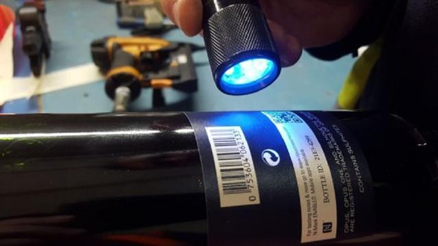 Moulin usa luz ultravioleta para examinar las botellas