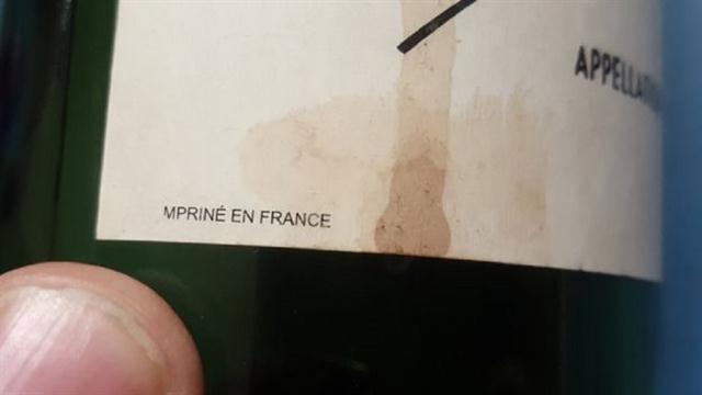Se descubrió que esta botella era falsa por un pequeño error de ortografía en la etiqueta.