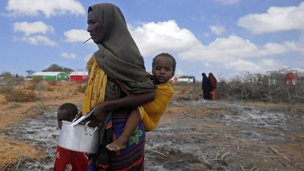 Una familia somalí sufre la sequía y los enfrentamientos en el país, en las afueras de Mogadiscio (AFP)