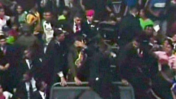 Nicolás Maduro recibió insultos y objetos en San Félix