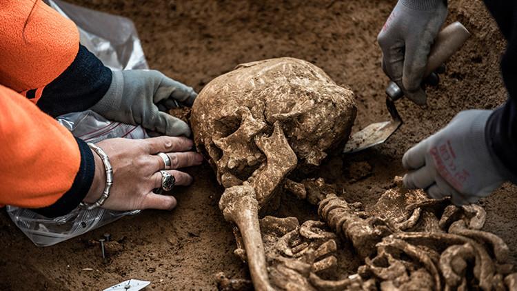Un misterioso cadáver de 1.500 años envuelto en seda sorprende a los arqueólogos (FOTOS)