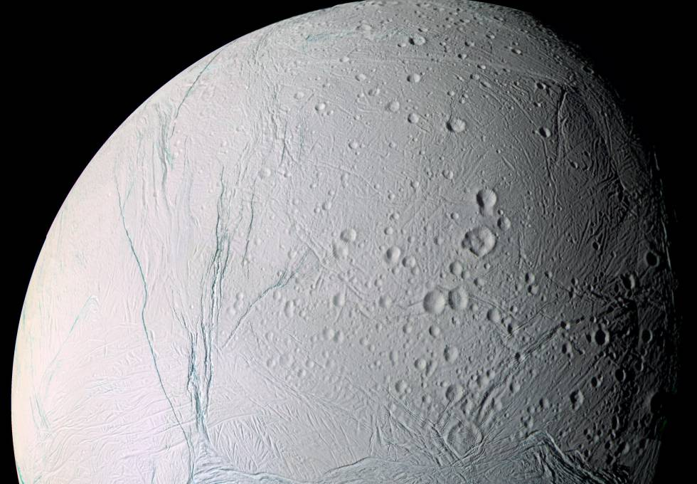 Imagen de Encélado tomada por la sonda
