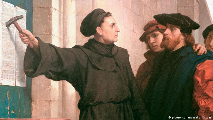 Lutero, martillo en mano, tras clavar sus tesis.