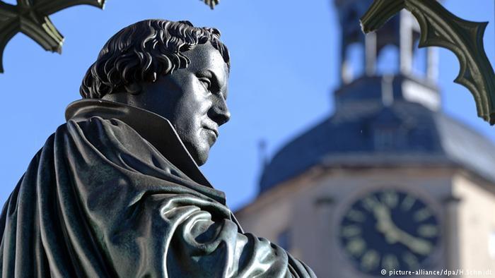 Lutero ante la iglesia de Wittenberg.