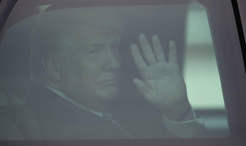 Donald Trump saluda desde su limusina al llegar a Florida este jueves.