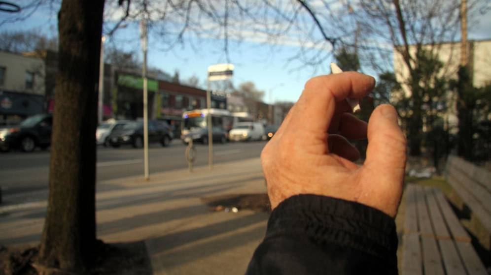 Foto: Una persona fuma un cigarrillo con marihuana. (EFE)
