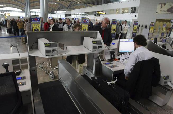 Una de las cintas transportadoras de equipaje del Aeropuerto de Alicante. (EFE)