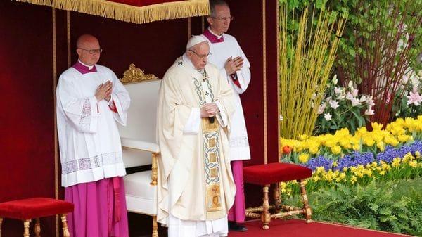 """""""La iglesia continúa diciendo Jesús ha resucitado y esto no es un fantasía, no es una fiesta, con tantas flores, es más que todo eso"""", dijo Francisco (Reuters)"""