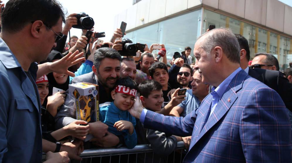 Foto: El presidente Erdogan saluda a simpatizantes tras votar en Estambul, Turquía. (Reuters).