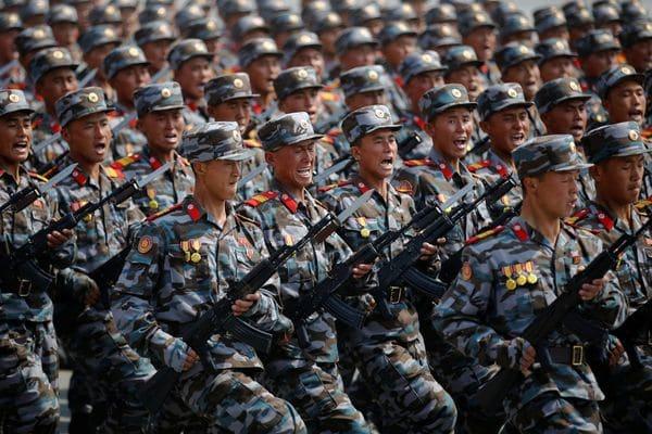 El fusil básico de los infantes norcoreanos sigue siendo un derivado del ubicuo AK-47 (Reuters)