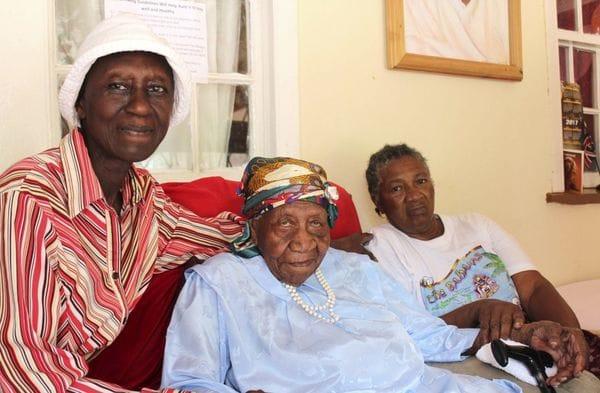 Violet Brown, en el centro,con sus cuidadoras, Elaine Mcgrowder y Dolet Grant (AP)