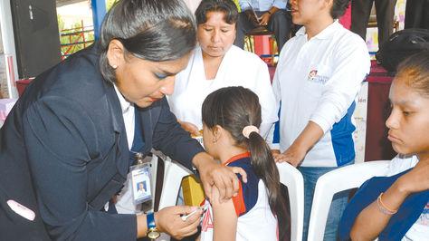 Cochabamba. Una alumna del Pedro Poveda es vacunada por personal del Sedes.