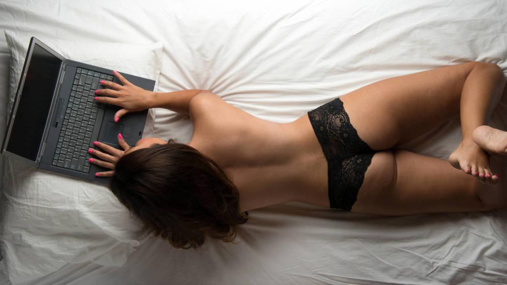 Foto: Las mujeres prefieren ver porno a solas. (iStock)