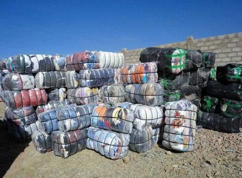 Fardos con ropa decomisada por la Aduana Nacional de Bolivia en Oruro.