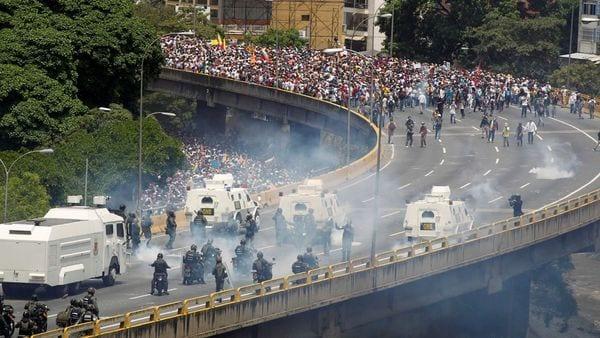 El chavismo reprime con crueldad las manifestaciones opositoras (Reuters)