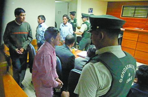 Enmanillados, militares y aduaneros bolivianos llegan al Tribunal de Garantía de Pozo al Monte, en Chile. Foto: AFP