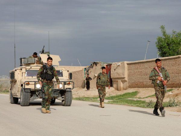 Soldados afganos patrullan las calles del país asiático. (REUTERS)