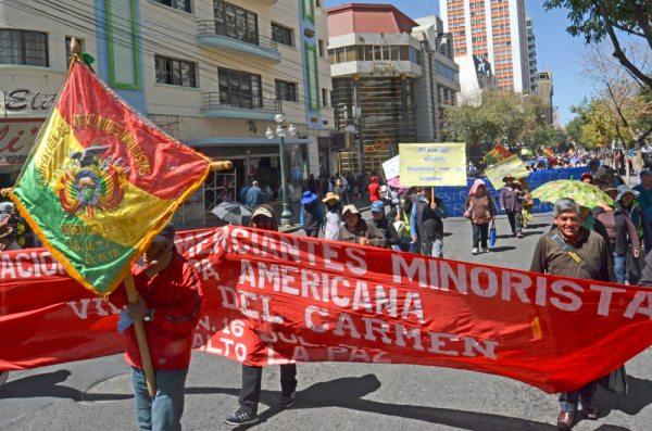 Una multitudinaria marcha de vendedores de ropa usada colapsó ayer el centro de la ciudad de La Paz.