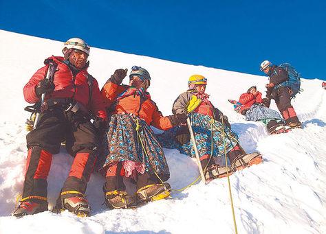 Escaladores descansan y observan el panorama en la punta de Huayna Potosí, a 6.088 msnm. Fotos: AAPTAM y Wara Vargas