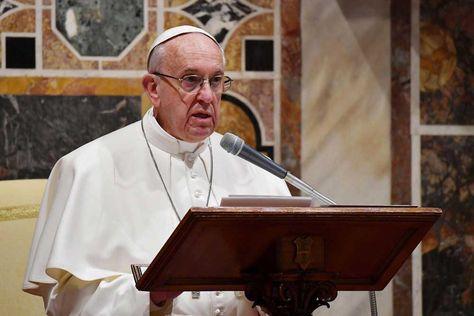 El papa Francisco interviene durante una audiencia con los miembros de los Cuerpos Diplomáticos acreditados en la Santa Sede.