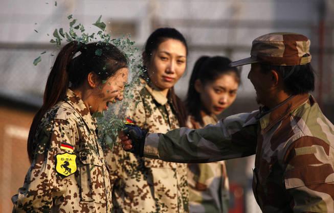 Una sesión de entrenamiento para llegar a ser guardaespaldas en China. (Reuters)
