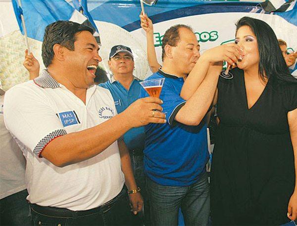 Jessica Echeverría, compartiendo en un acto social con partidarios del MAS.
