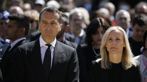 El canciller de Austria, Christian Kern, y su se esposa durante la ceremonia(AFP)