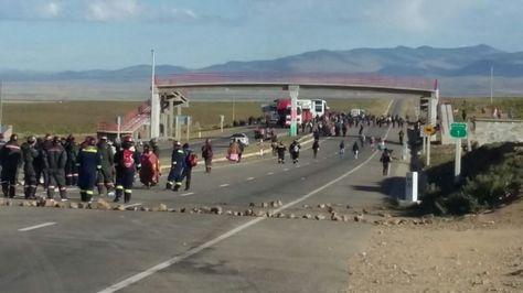 El bloqueo de pobladores de Colquiri a la altura de Panduro en la carretera La Paz-Oruro.